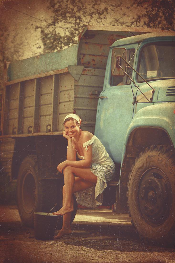 Сексуальная девушка и грузовик