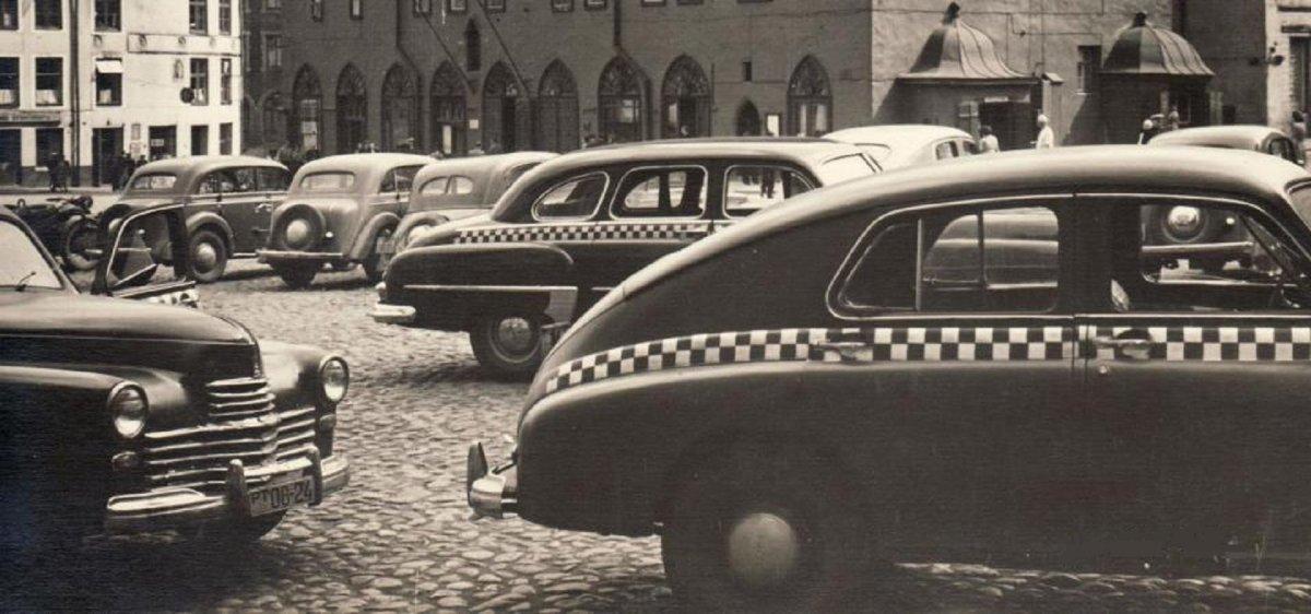 Raekoja plats taksodega, 1950ndad.jpg