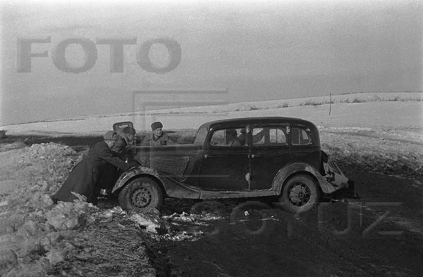 Толкают редакционную машину М-1. Первый Украинский фронт. 1944.jpg